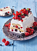 Non-baked yoghurt cake with biscuits and fruits