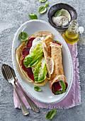 Pfannkuchen mit gebackener roter Bete und Mozzarella