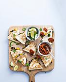 Schwarze Bohnen und Kürbis Quesadillas mit Salsa aus Chipotle