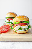 Burger mit Halloumi-Käse, Tomate und Gurke