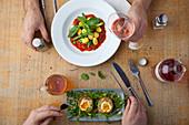 Zwei Personen essen Gnocchi mit Tomatensauce und schottische Eier