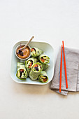 Lachs-Salatrollen mit Erdnuss-Dip