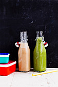 Green smoothie and almond-cinnamon drink 'To Go'