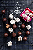 Vegan almond and nut balls 'To Go'