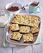 Grated tray cake with chocolate pudding