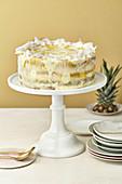 Half-naked Pina-Colada-Torte mit Ananas und Kokos