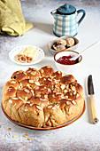 Hefekuchen mit getrockneten Feigen und weißer Schokolade