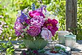 Gesteck mit Pfingstrosen, Storchschnabel, Holunderblüten und Ochsenzunge im Küchensieb