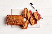 Rote-Bete-Brot mit Sonnenblumenkernen