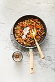 Orientalischer Pfannengemüse-Couscous mit Joghurt-Dip