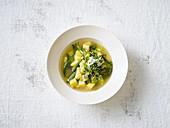 Grüne Minestrone mit Parmesan