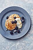 Vegane Chia-Dinkel-Pancakes mit Sojaghurt und Brombeeren