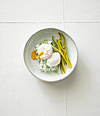 Poached eggs with pointed peppers and herb cream