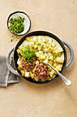 Tatar-Frikadelle mit Kohlrabi-Kartoffel-Ragout