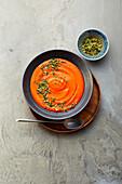 Paprika-Bohnen-Suppe mit Mandel-Gremolata