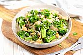 Aubergine-Brokkoli-Pfanne mit Hähnchen und Algennudeln (Low Carb)
