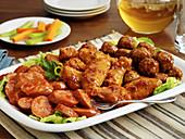 BBQ-Vorspeiseplatte mit Wurst, Geflügel und Fleischbällchen