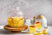 Sangria aus Sauvignon Blanc, Apfelsaft und frischen Äpfeln