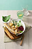 Basil bowl 'Tricolore' with cauliflower, asparagus and feta cheese