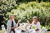 Paar beim Essen im Garten