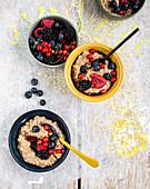 Mokka-Milchreis mit Beeren und Kardamomsirup