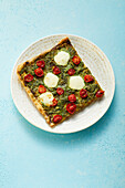 Pizza mit Pesto, Tomaten und Mozzarella