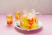 Strawberry and herb iced tea (sugar-free)
