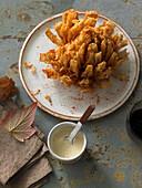 Gebackene Zwiebelblume mit weißer BBQ-Sauce