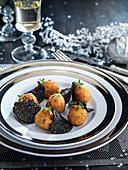 Kabeljaukrapfen mit knusprigem Reis und schwarzem Trüffel (Weihnachten)