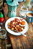 Halloumi-Hash mit Spiegelei und Sriracha-Sauce