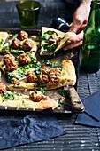 Schwedische Köttbullar-Pizza mit Spinat, saurer Sahne und Käse