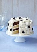 Schwarz-weiße Torte mit Sahnecreme, angeschnitten
