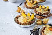 Muesli tartlet with mango cream
