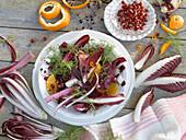 Salat aus Radicchio, rotem Chicoree und Apfelsinen