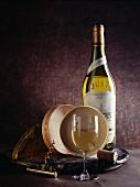 Eine Flasche Jura-Weißwein mit Glas und Korkenzieher
