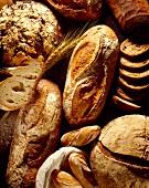 Verschiedene Brote, ganz und angeschnitten