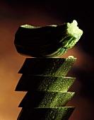 Turm aus Zucchinischeiben und einem Zucchiniendstück