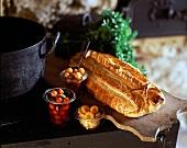 In Essig eingelegte Kirschen, Zwiebel, Aprikosen und Blätterteigpastete