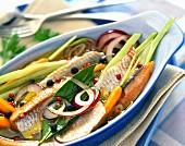 Heringsfilets in Öl mit Gemüse