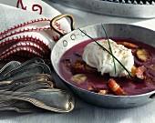 Pochiertes Eis mit Landbrot, gebratenem Speck und Rotweinsauce