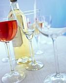 Gläser mit verschiedenen Weinen