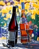 Je eine Flasche Roséwein und Rotwein im Freien