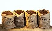 Vier Säcke mit Kaffee aus verschiedenen Ländern