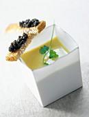 Artischockencreme mit Zitronenmelisse und Brotschnittchen mit Ossetra-Kaviar