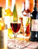Flaschen und Gläser mit Weisswein und Rotwein