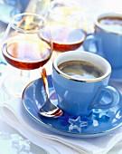 Kaffee in blauer Tasse und Cognac in Gläsern
