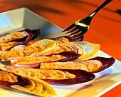 Hummus auf rotem Chicoree
