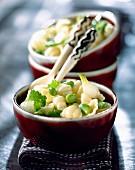 Gnocchetti mit frischen Saubohnen und Zwiebelsprossen