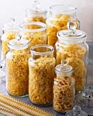 Verschiedene getrocknete Nudelsorten in Gläsern