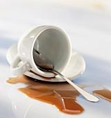 Umgekippte Tasse Kaffee